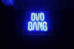 """Les DVD-Bang, nombreux à Séoul et dans les villes de Corée du Sud, sont des petites salles privées de cinéma. On loue le film et on va ensuite le visionner dans une """"chambre"""" (bang en coréen), petit salon privatif où la jeunesse aime échapper au regard des parents et où de jeunes couples s'offrent une intimité qu'ils ne peuvent avoir dans l'appartement familial."""